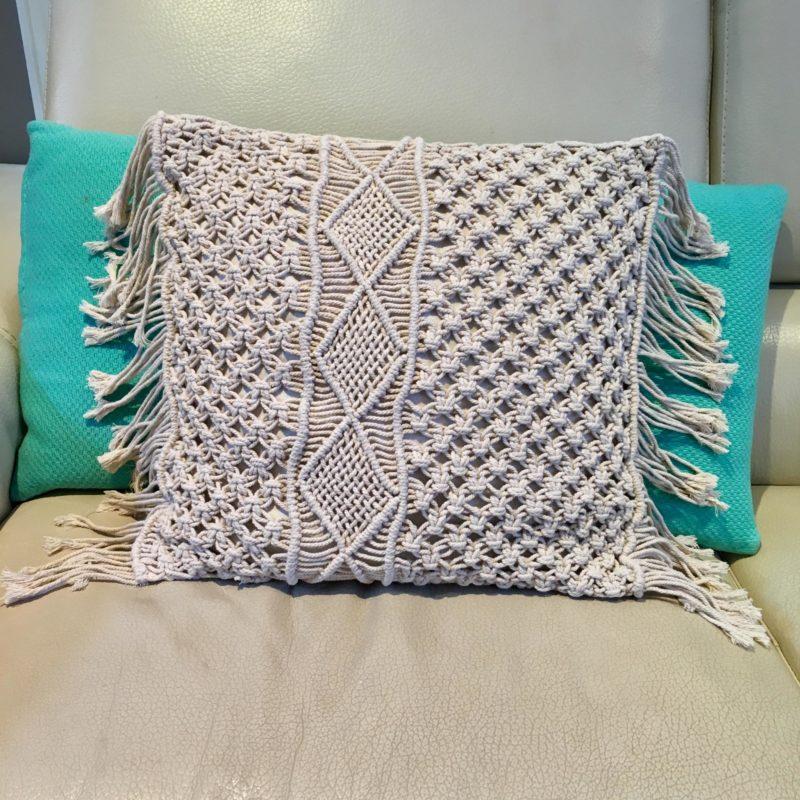 Macrame cushion JE44
