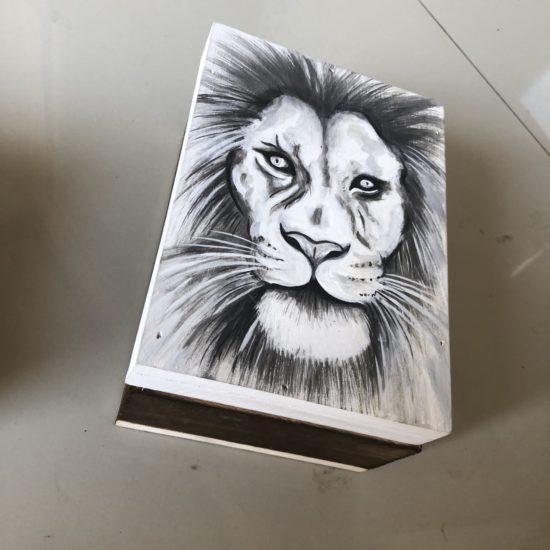 LION BOX W